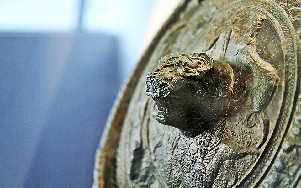 <h5>Detail of the bronze shield with the spectacular Lion's Head</h5>