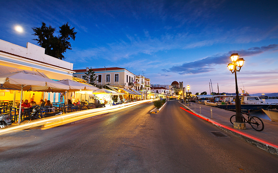 Winter evening in Aegina town. © Shutterstock