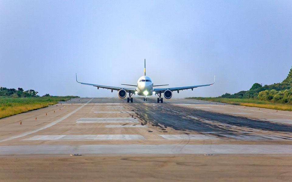 shutterstock_1044935254_airplane