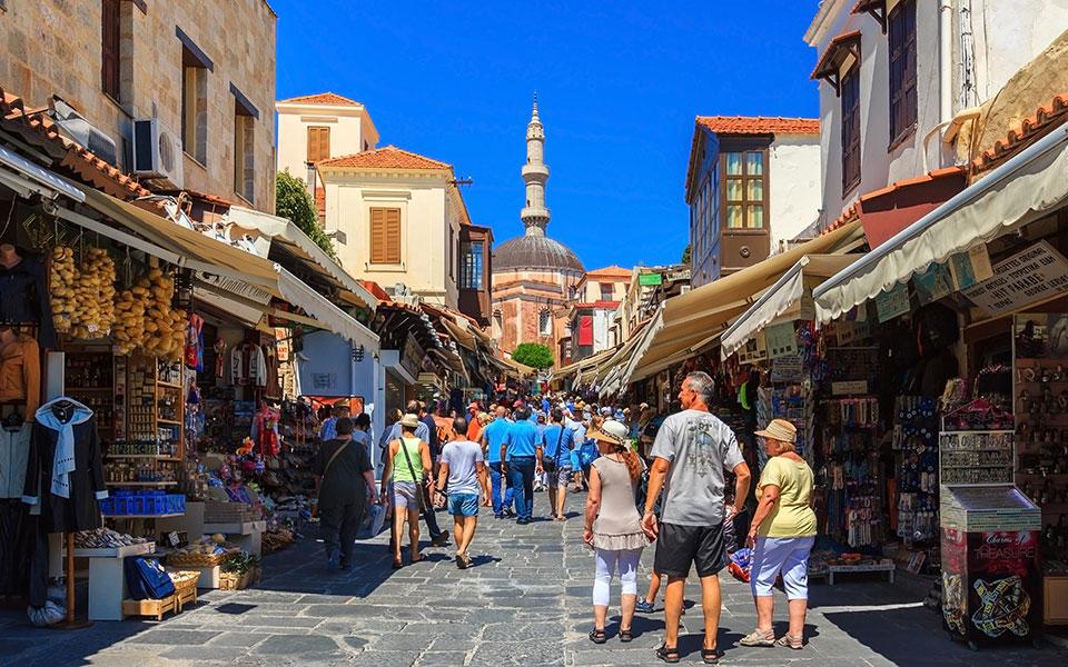 news_shutterstock_tourists