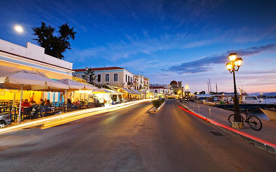 Winter evening in Aegina town. © Shutterstock